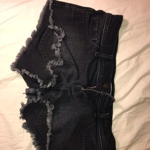 Cropped Hollister black shorts with frayed hem